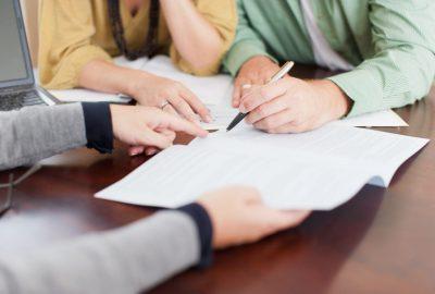 Couple qui obtient un crédit immobilier auprès d'une banque